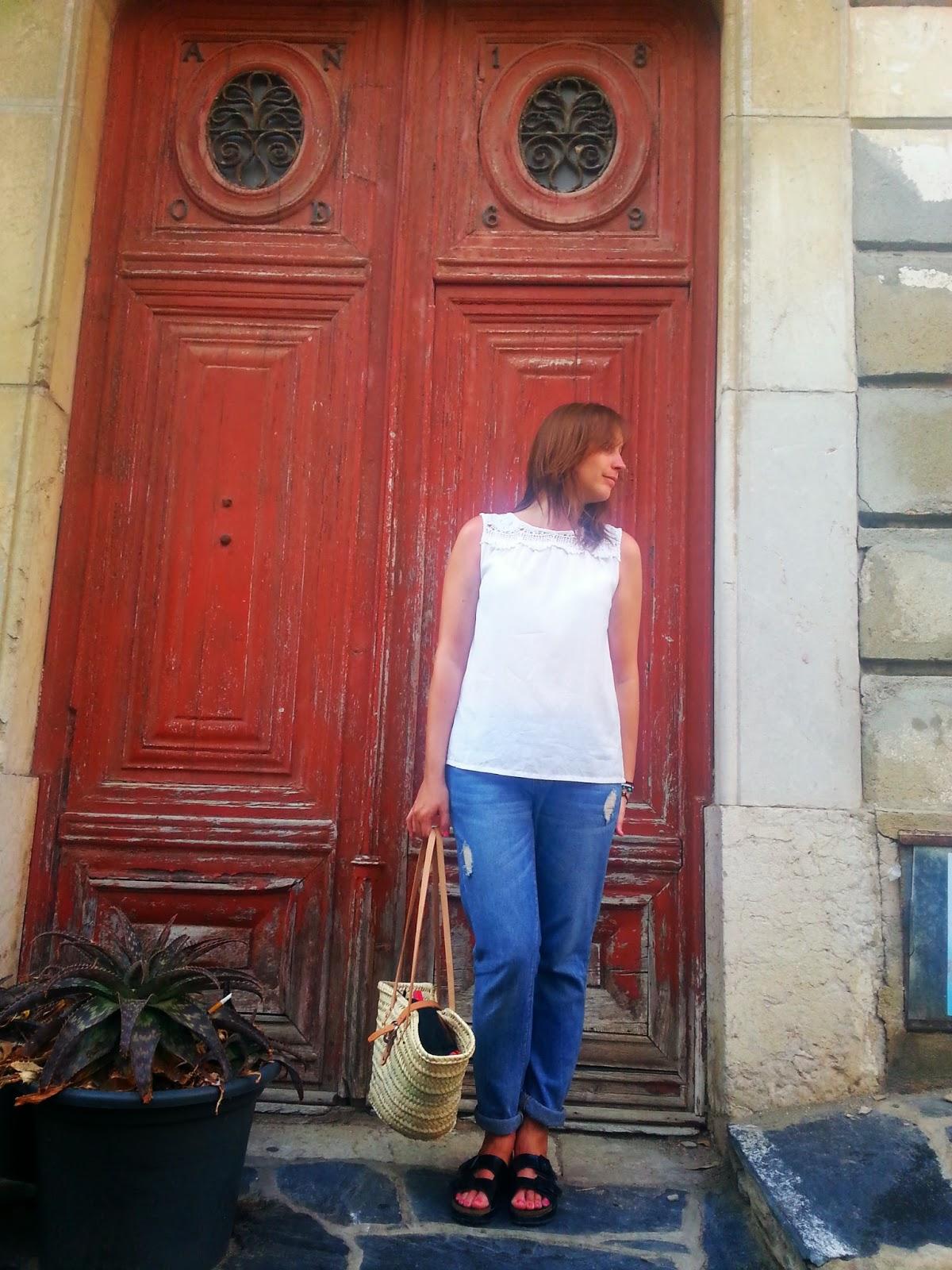 Outfit ideal para verano, camisa blanca de ichi, pantalón boyfriend de Pimkie y unas ugly sandals, perfecto para dar paseos por Cadaqués