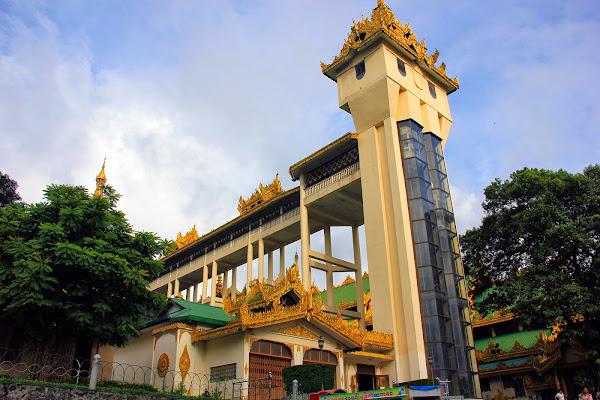 Ascensor de acceso en la entrada a la Pagoda Shwedagon