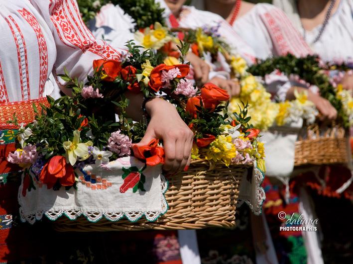 http://1.bp.blogspot.com/-XboxDs-X93U/T4FnYw72FxI/AAAAAAAAJGg/7oB3OEAFhpc/s1600/floriile-in-muzeul-satului-pastele-obiceiuri-la-romani-flowers-day-in-village-museum-bucharest_3.jpg