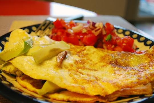 Omlet z awokado, mięsem i salsą pomidorową
