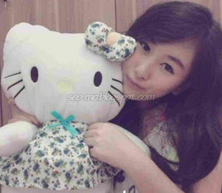 Foto Kathy Indera Dengan boneka Hello Kitty