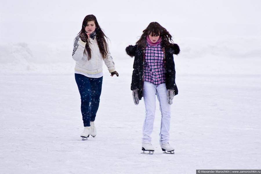 Девочки катаются на коньках