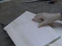 Encajar la madera a cortar en la punta pivote. www.enredandonogaraxe.com
