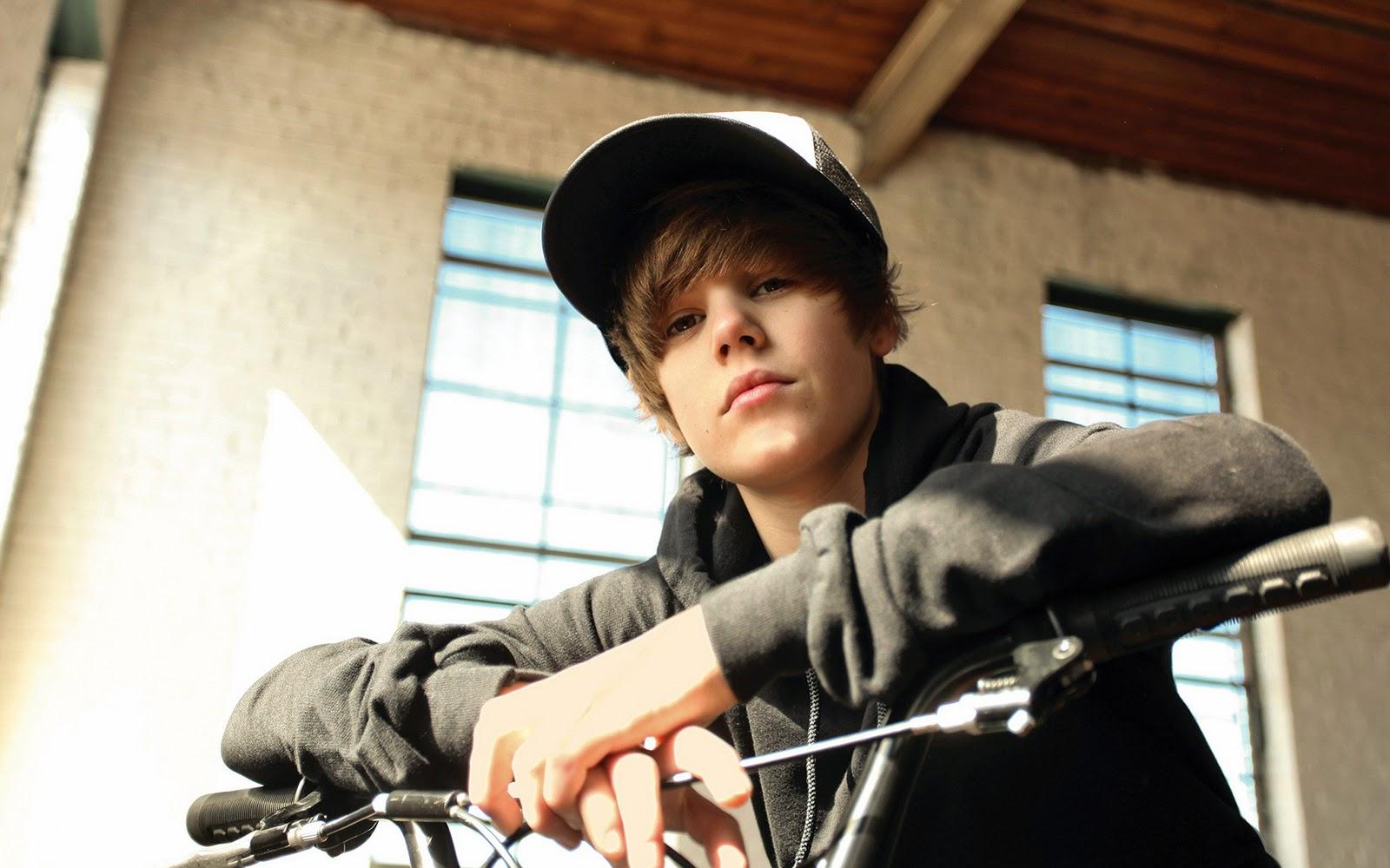 http://1.bp.blogspot.com/-XdYMxqPltKg/TWNqhuAKpeI/AAAAAAAAAa0/mji7Igr4iUQ/s1600/Justin-Bieber-Wallpaper-4.jpg