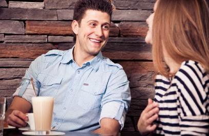couple-flirting-at-coffee-shop - للرجل-13 طريقة لترك انطباع جيد عند المرأة - رجل وامرأة يتغازلان فى مقهى موعد اول