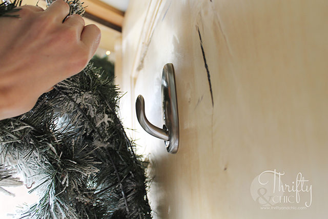 Outdoor Christmas decorating ideas for porches #DamageFreeDIY
