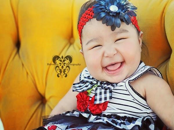 Photo bébé fille qui rit