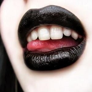 labios maquillados de negro