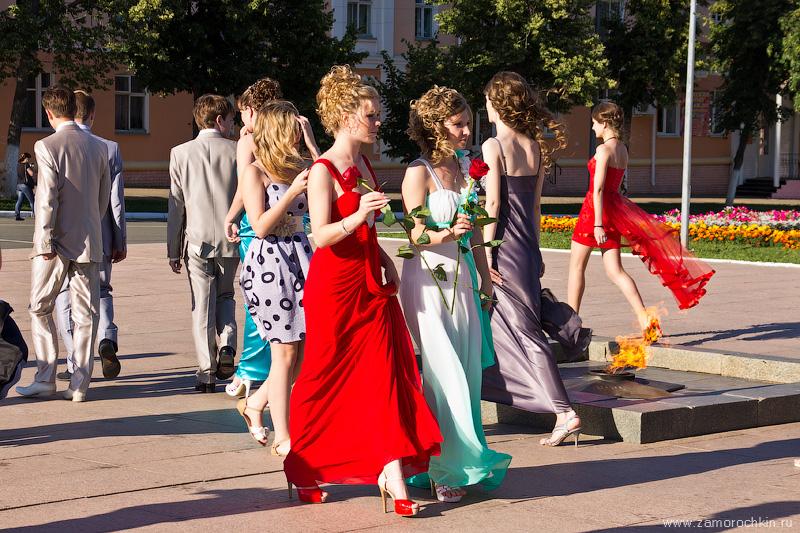 Выпускники возлагают цветы памятнику погибшим воинам