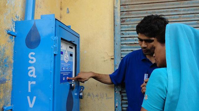 ATM en la India utiliza la energía del sol para suministrar agua potable
