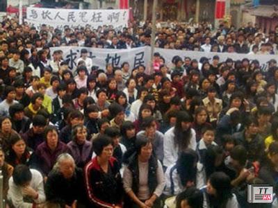 Người dân Ô Khảm biểu tình phản đối việc chính quyền lấy đất cuối năm 2011
