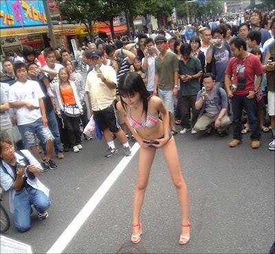 японка в трусах на улице Акихабара