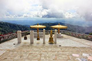 Campanas en la cima de golden rock (Kyaiktiyo)