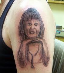 tatuaje de pene en la cara