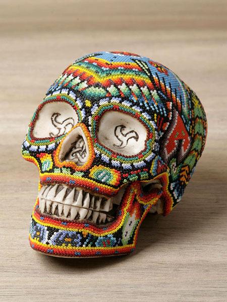 Especial día de muertos: coloridos cráneos decorados por indígenas