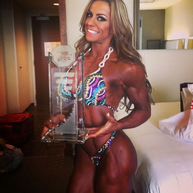 Juliana Malacarne mostra troféu de  Campeã Women's Physique Pro do Arnold Classic 2015. Foto: Arquivo pessoal