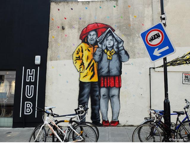 street art collage couple à l'abri de la pluie parapluie et journal, Londres Braodway Market Hackney