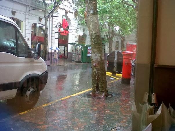 Me gustan las calles de Buenos Aires que conservan un buzón rojo en la esquina...