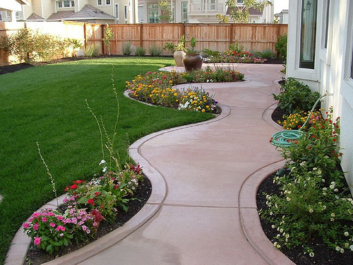 Several backyard landscaping ideas for small yards which for Concrete patio ideas for small backyards