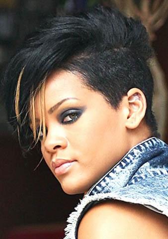 Rihanna yine kazıttırmış oluğu siyah saçlarının bir kısmını sarıya boyattırarak marjinal bir saç rengi elde etmiştir.