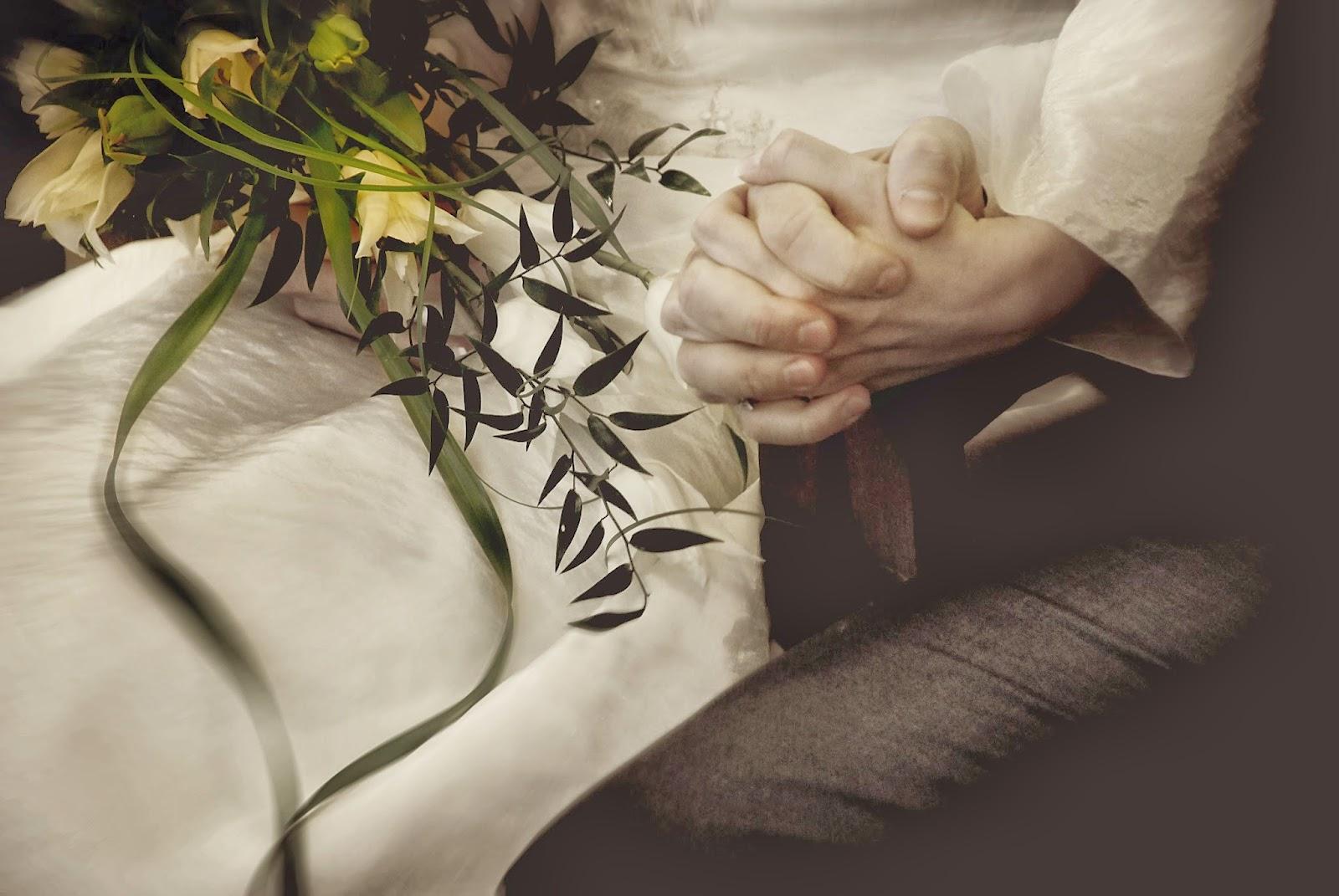 Para mloda na ślubie splecione dłonie
