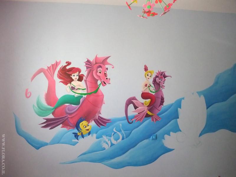 ציור קיר בתהליך עבודה. בת הים הקטנה אריאל ואחותה הרוכבות על סוסי ים. ברקע גלי ים