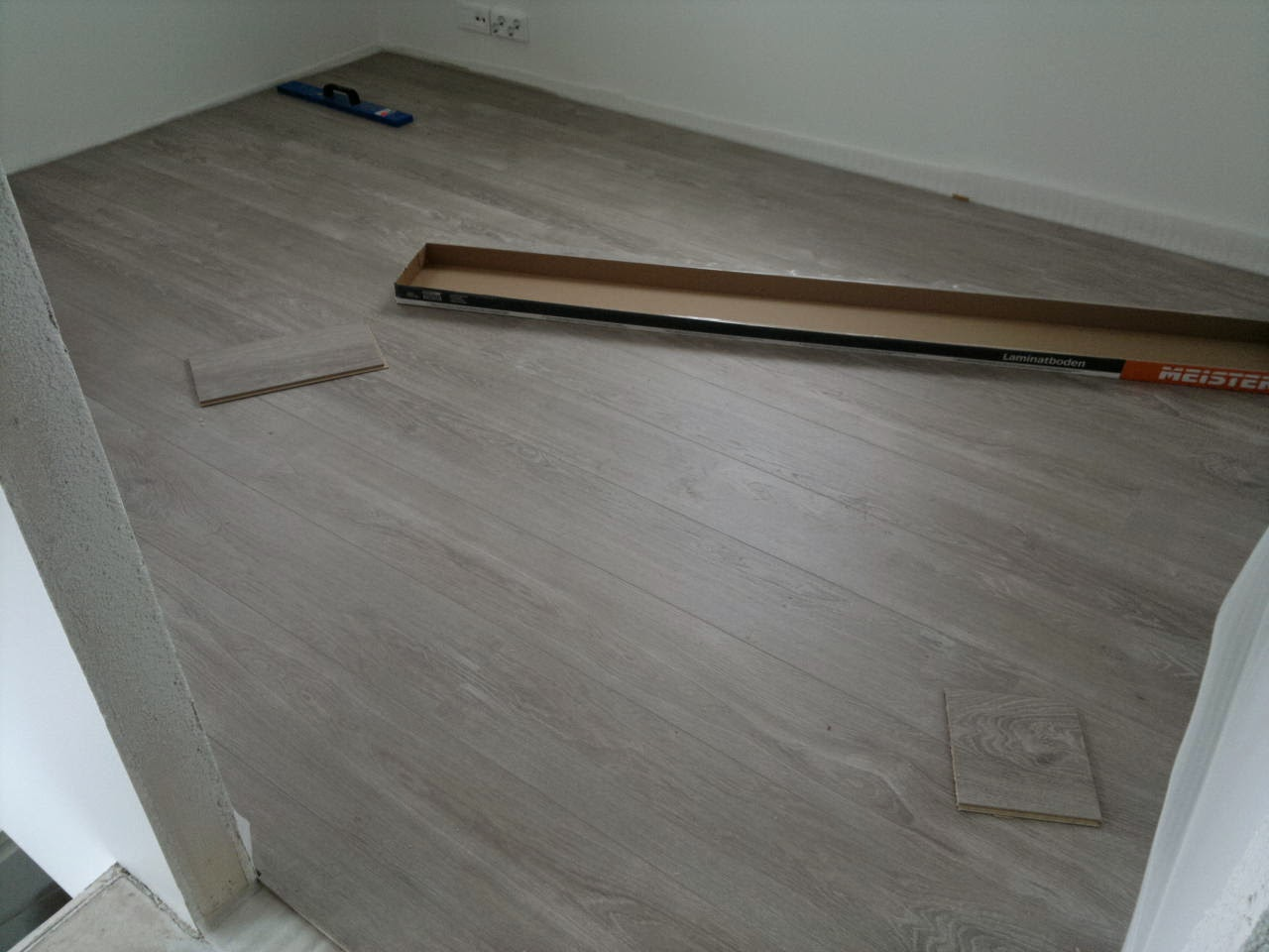Lankkumainen lattia saatiin aikaan Meister LD 300 reunaviistetyllä lankkulaminaatilla.