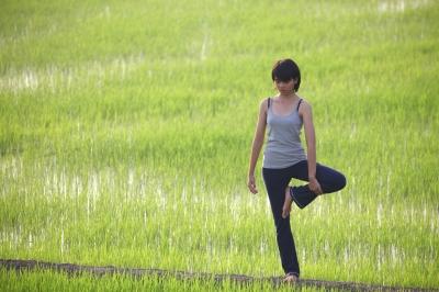 Practicando yoga en la Naturaleza