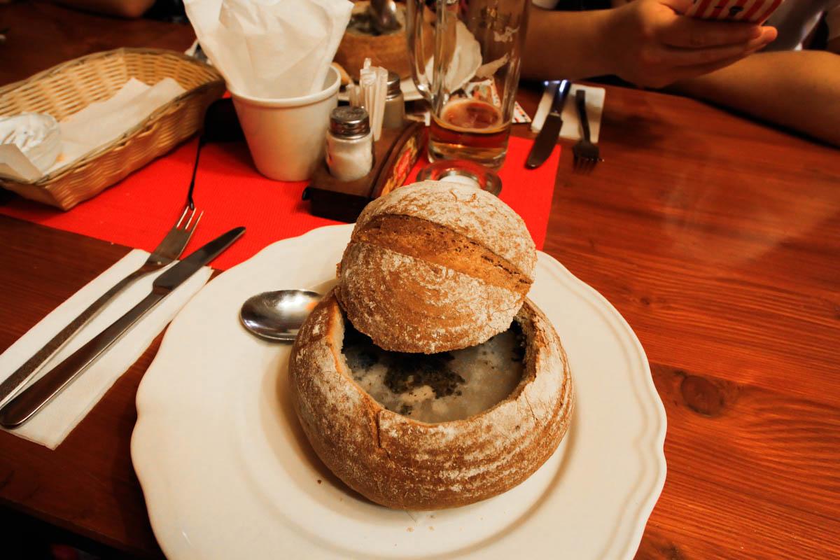 zupa czosnkowa w chlebie