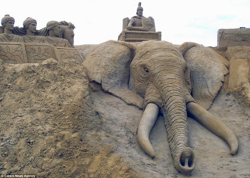 esculturas en la arena