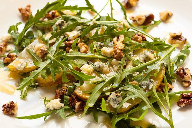Теплый салат с грушей и рукколой