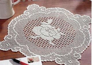 Квадратная салфетка с розой в филейной технике