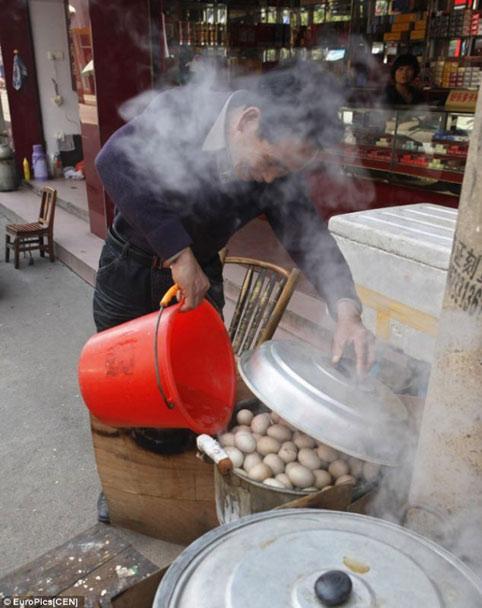Kì lạ món trứng luộc nước tiểu trung quốc 8