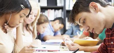adolescentes estudando na escola