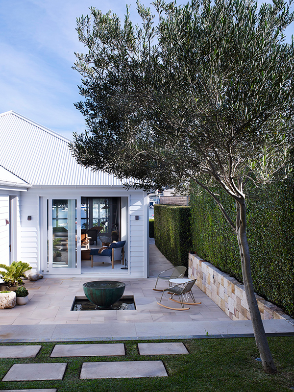 Coastal style a minimimalist renovation to a sydney for Landscape architecture courses sydney