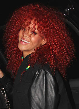 Rihanna kızıl saç rengi ve Rihanna süper kıvırcıl kabarık saç modeli