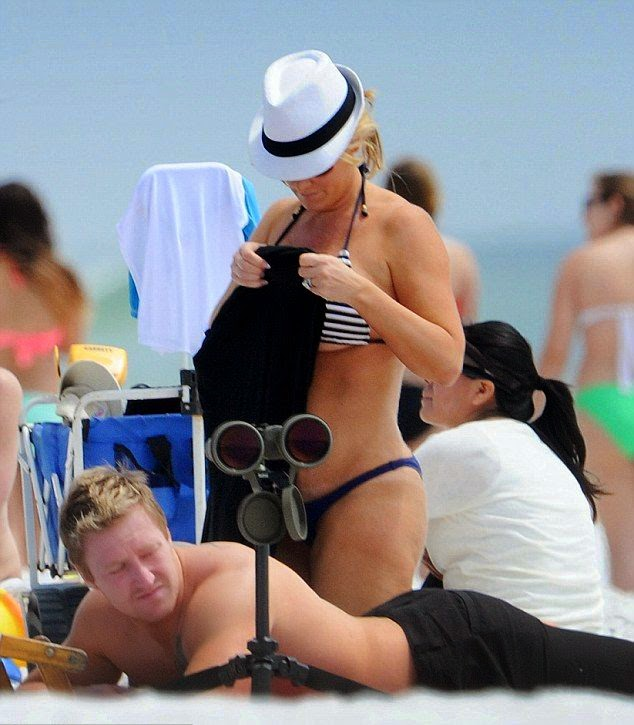 Kim Zolciak was spotted enjoying a vacation at Destin,‭ ‬Florida on Wednesday,‭ ‬April‭ ‬9,‭ ‬2014‭ ‬with family.