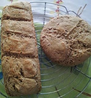Les deux pains une fois cuit, en train de refroidir sur leur grille en inox