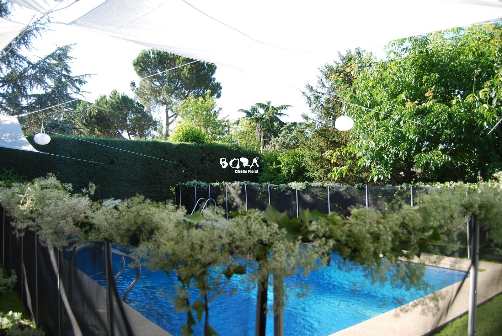 piscina decorada con paniculara