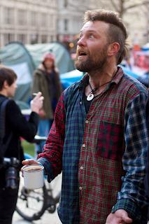 Manifestante con tazza in mano