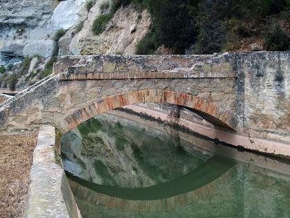 Pontet que recull les aigües de la muntanya i les deriva per sobre el Canal de la Mina