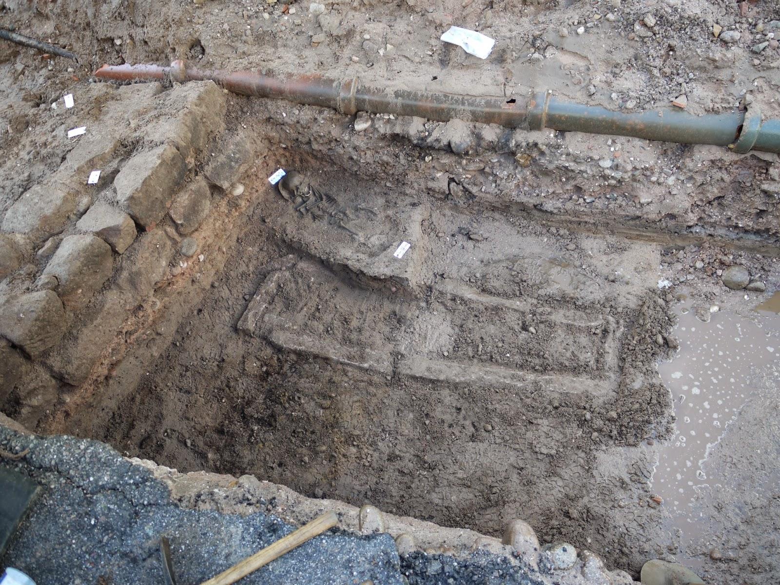 Des pierres plates posées sur chant délimitant une sépulture