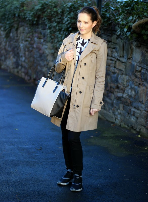 Outfit Nikes und Trenchcoat