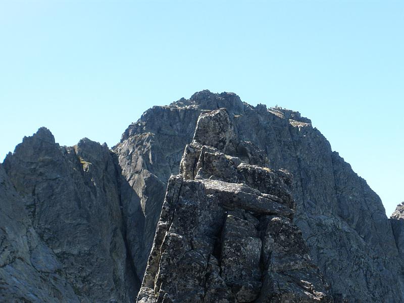 Czarny Mniszek (2178 m n.p.m.), na drugim planie Kozi Wierch (słow. Kozí vrch, 2291 m n.p.m.).