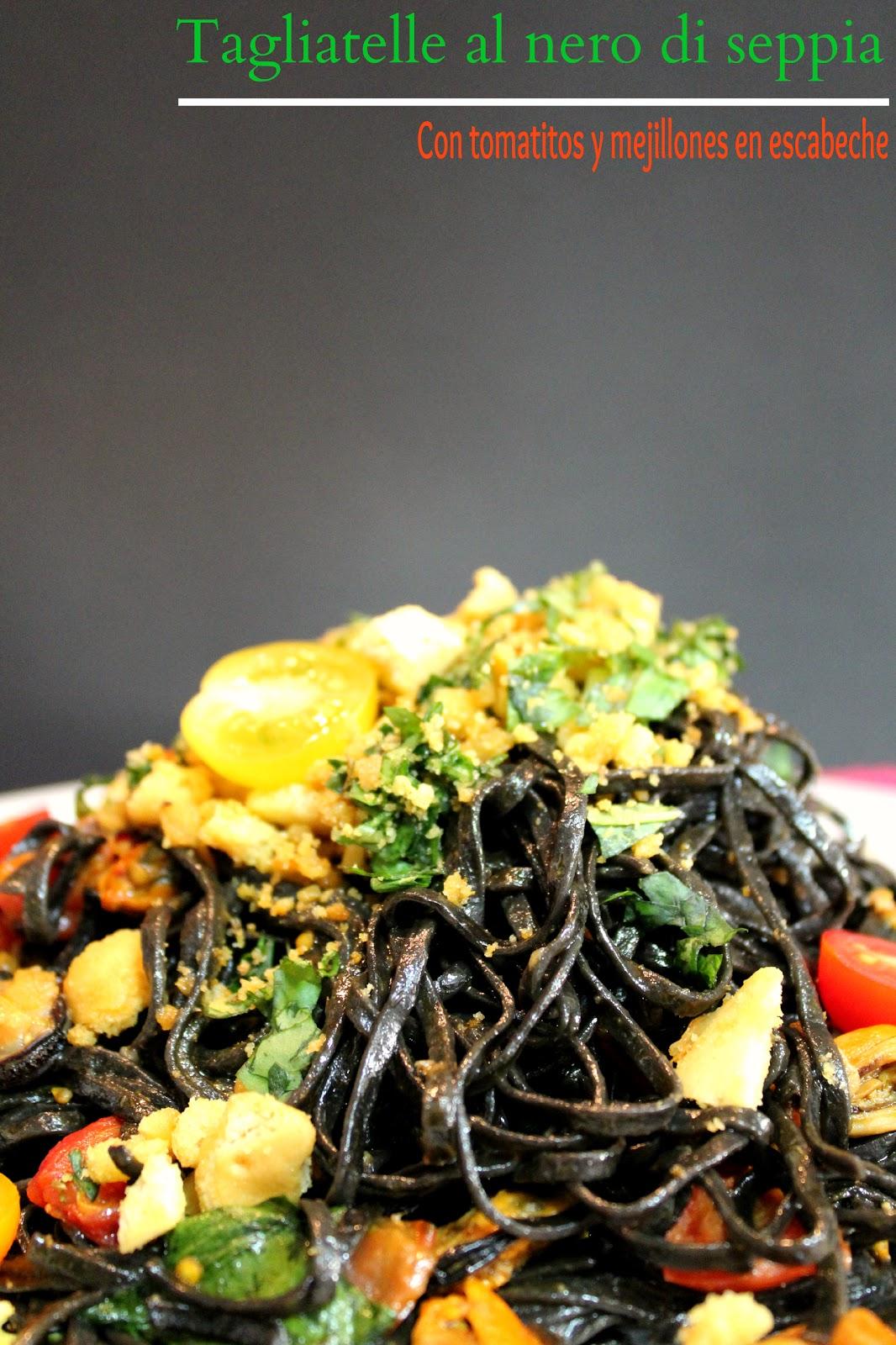Tagliatelle al nero di seppia con tomates y mejillones