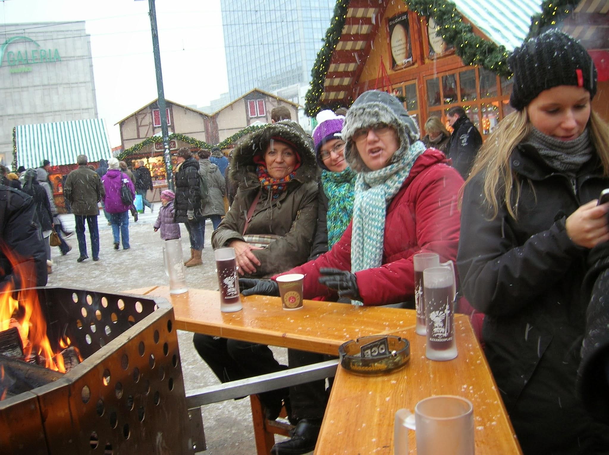 Tomando un Glühwein en Alexander Platz, Berlin, Alemania, round the world, La vuelta al mundo de Asun y Ricardo, mundoporlibre.com