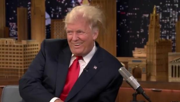 Despeinan a Trump en TV
