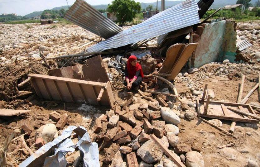 INUNDACIONES DEJAN 15 MUERTOS EN CACHEMIRA INDIA