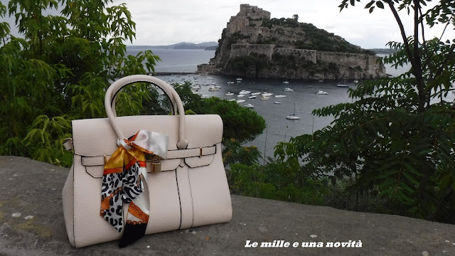 http://www.shein.com/Beige-Bow-Embellished-Lock-Bag-p-214021-cat-1764.html?utm_source=scamorza81.blogspot.it&utm_medium=blogger&url_from=scamorza81