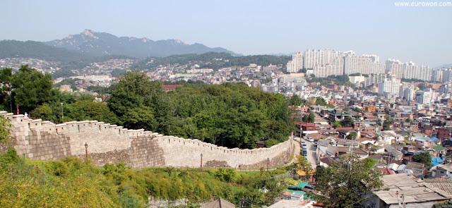 Vista de la muralla de Seúl desde la montaña Ansan